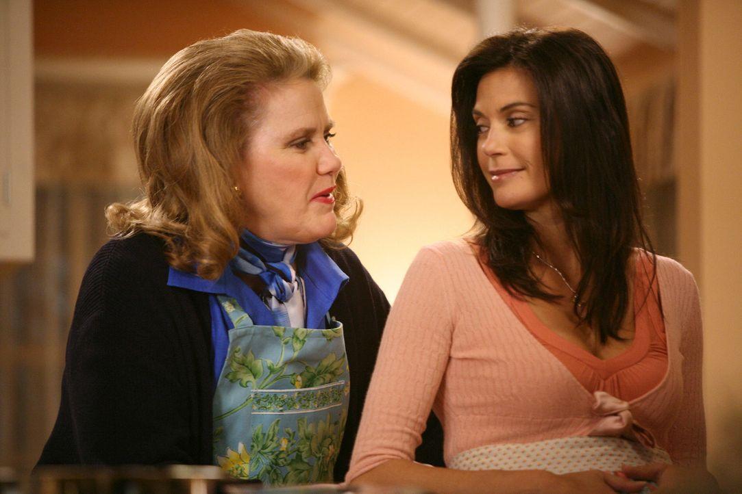 Die erste Begegnung der beiden Frauen verläuft sehr herzlich, doch Susans (Teri Hatcher, r.) Begeisterung kühlt schnell ab, da sich ihre Schwiegermu... - Bildquelle: ABC Studios