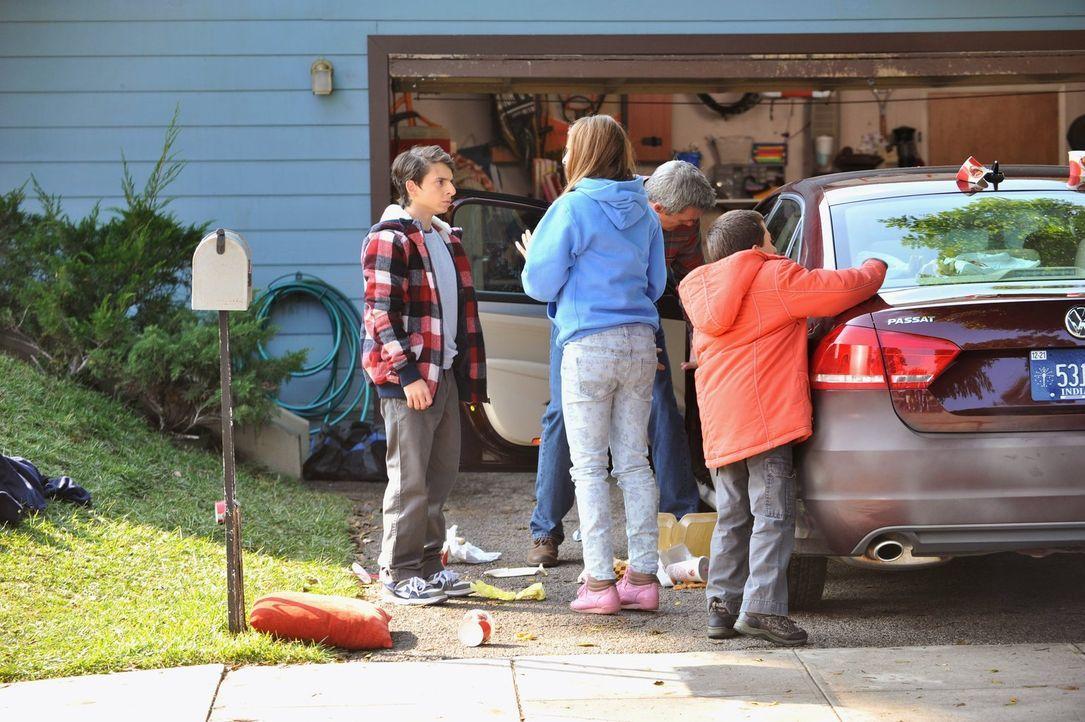 Während Sue (Eden Sher, 2.v.l.), Mike (Neil Flynn, 2.v.r.) und Brick (Atticus Shaffer, r.) sich bemühen, das Auto ihrer Nachbarn wieder in den urspr... - Bildquelle: Warner Brothers