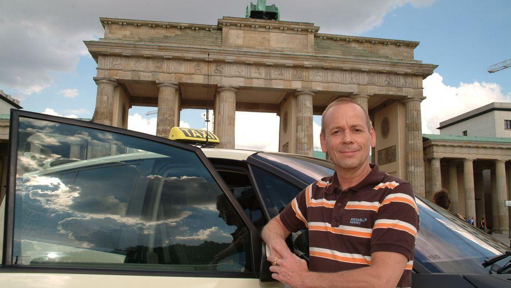 """Das """"Quiz Taxi"""" in Berlin: Der Fahrer und Moderator Thomas Hackenberg bietet... - Bildquelle: kabel eins"""