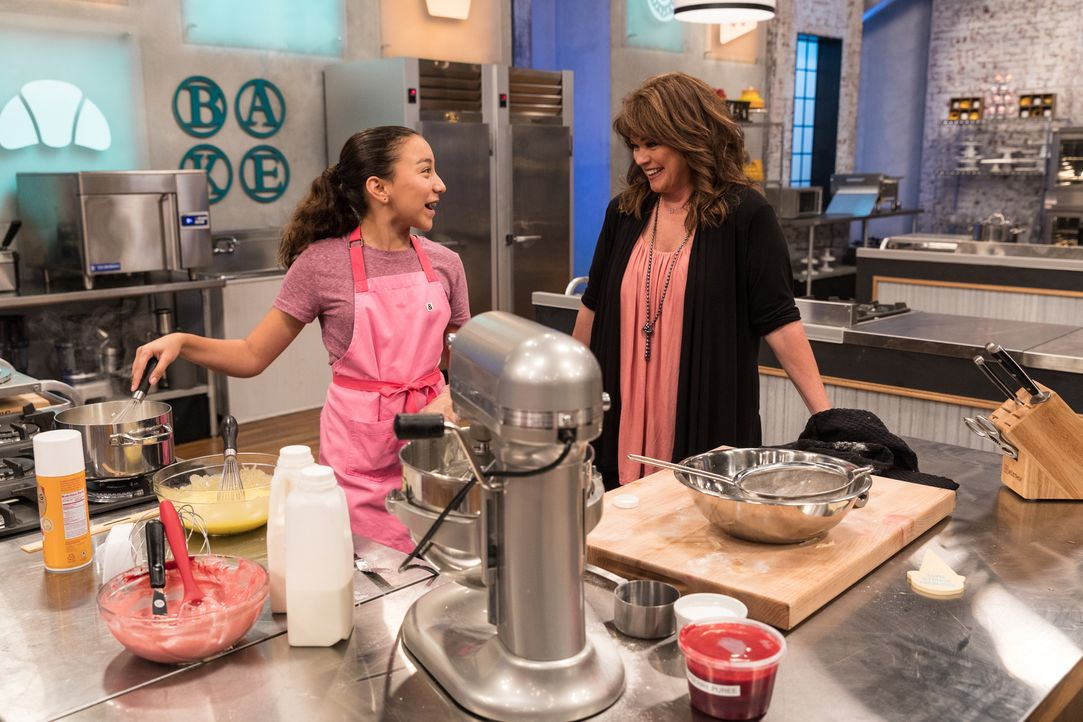 (v.l.n.r.) Julia Betz; Valerie Bertinelli - Bildquelle: Zack Smith 2018, Television Food Network, G.P. All Rights Reserved./Zack Smith