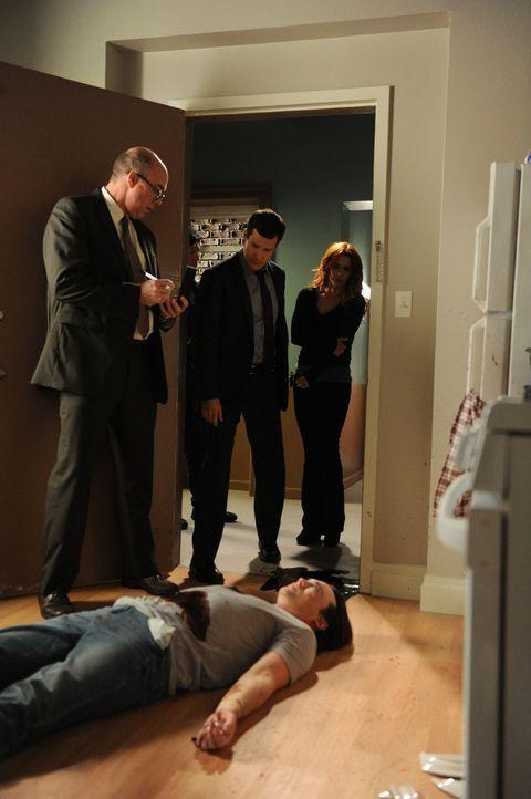Müssen den Mord an Marshall Smith aufklären: Carrie (Poppy Montgomery, r.), Al (Dylan Walsh, M.) und Mike (Michael Gaston, l.) ... - Bildquelle: 2011 CBS Broadcasting Inc. All Rights Reserved.