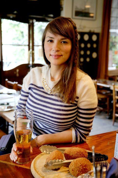 Typisch britisch: In einem Pub testet Rachel schottische Eier ... - Bildquelle: Richard Hill BBC 2013