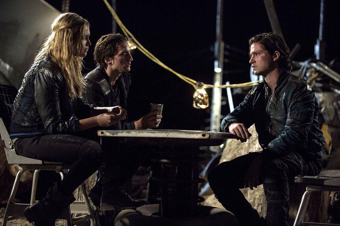 Während Murphy (Richard Harmon, M.) und Finn (Thomas McDonell, r.) sich keiner Schuld bewusst sind, muss sich Clarke (Eliza Taylor, l.) erst einmal... - Bildquelle: 2014 Warner Brothers