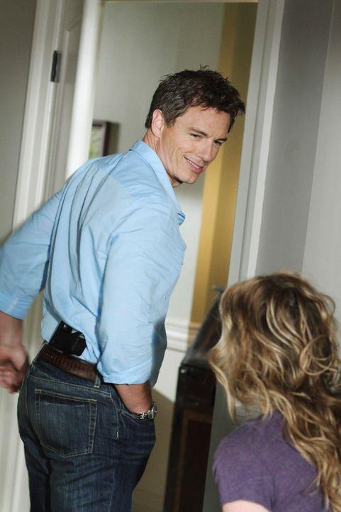 Angie (Drea de Matteo, r.) ahnt noch nicht, dass es Patrick Logan (John Barrowman, l.) auf Danny, ihren Sohn, abgesehen hat ... - Bildquelle: ABC Studios