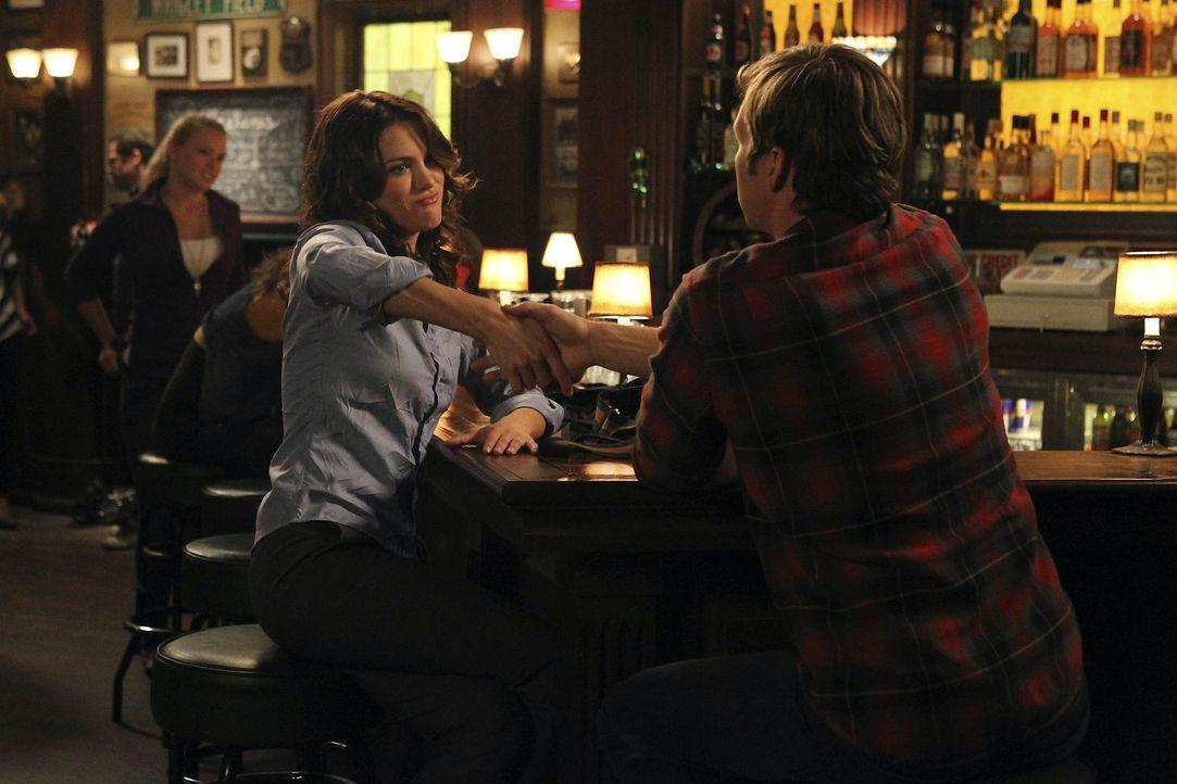 Da Sara (Danneel Ackles, l.) eine neue Flamme hat, will sie die Bettgeschichte mit Ben (Ryan Hansen, r.) vorerst auf Eis legen. Der ist einverstande... - Bildquelle: NBC Universal, Inc.