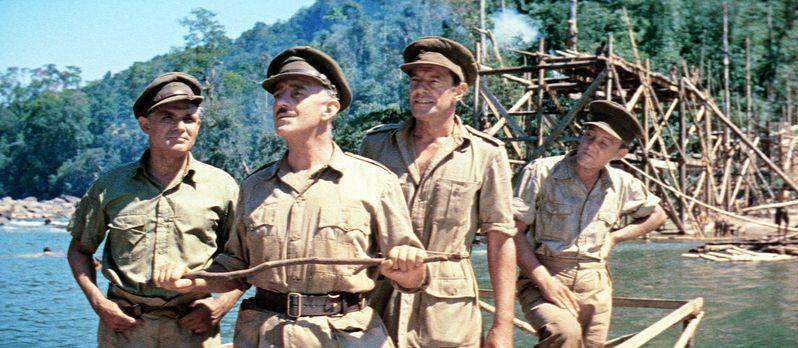 Die Brücke am Kwai - Oberst Nicholson (Alec Guinness, 2.v.l.) bespricht mit s...