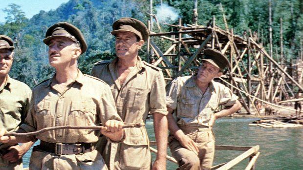 Oberst Nicholson (Alec Guinness, 2.v.l.) bespricht mit seinen Männern die wei...