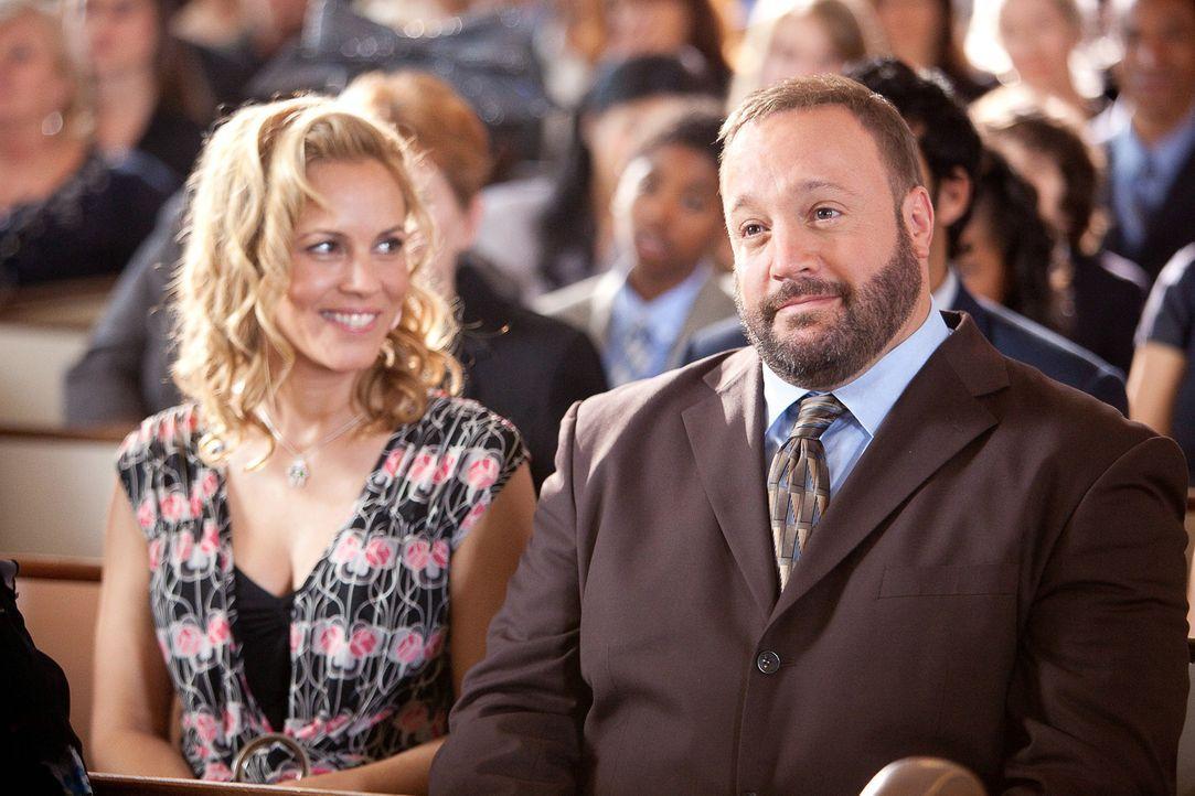 Zwar hat Eric (Kevin James, r.) eine wunderschöne Ehefrau (Maria Bello, l.), doch an deren Brust hängt nach wie vor sein inzwischen vierjähriger... - Bildquelle: 2010 Columbia Pictures Industries, Inc. and Beverly Blvd LLC. All Rights Reserved.