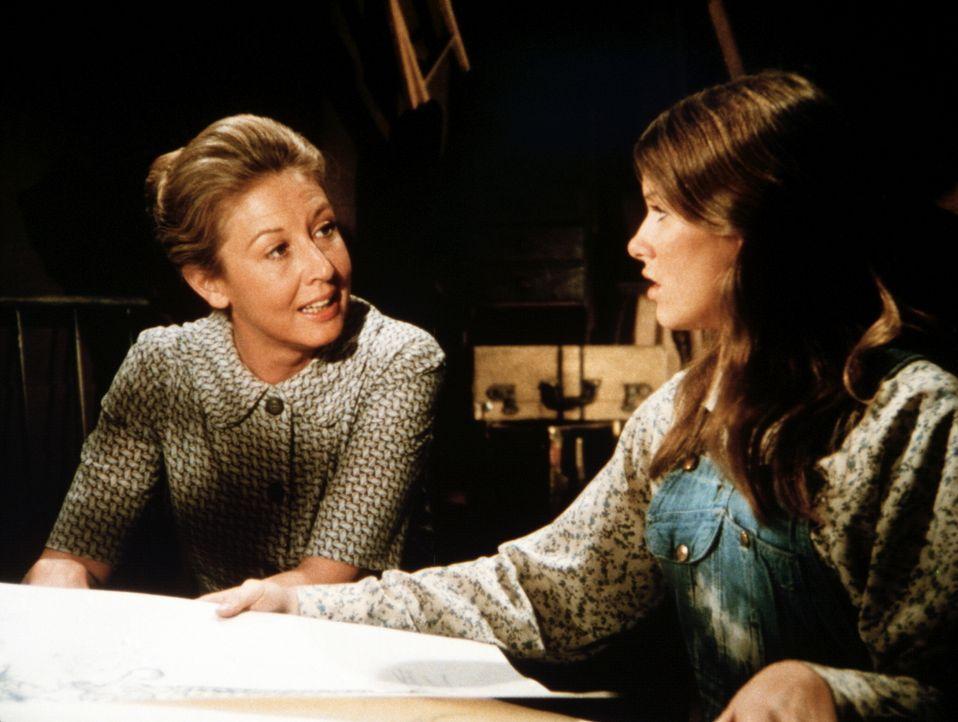 Mary Ellen Walton (Judy Taylor, r.) erzählt ihrer Mutter (Michael Learned, l.), dass sie nocht nicht bereit ist, zu heiraten … - Bildquelle: WARNER BROS. INTERNATIONAL TELEVISION