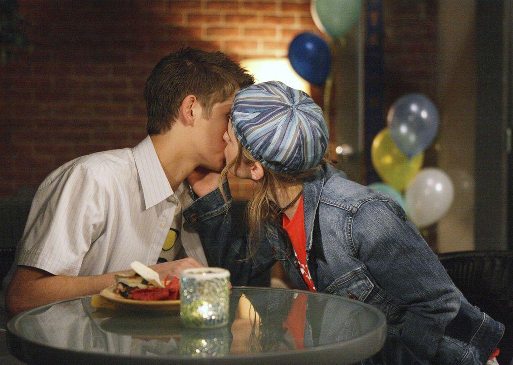 Beim Wohltätigkeitswettbewerb funkt es gewaltig: Zwischen Andy (Magda Apanowicz, r.) und Josh (Jean-Luc Bilodeau, l.) kommt es zum ersten Kuss. - Bildquelle: TOUCHSTONE TELEVISION