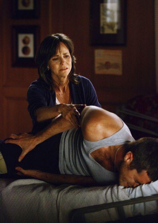 Nora (Sally Field, l.) weicht ihrem unter Schmerzen leidenden Sohn (Dave Annable, r.) nicht von der Seite... - Bildquelle: Disney - ABC International Television
