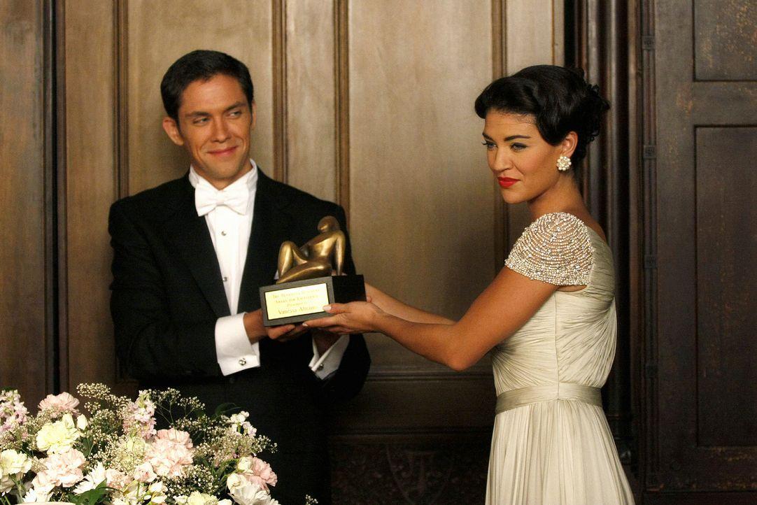 In Blairs Albtraum wird nicht ihr, sondern Vanessa (Jessica Szohr, r.) ein Preis von Mr. Ellis (Neal Bledsoe, l.) verliehen. - Bildquelle: Warner Brothers