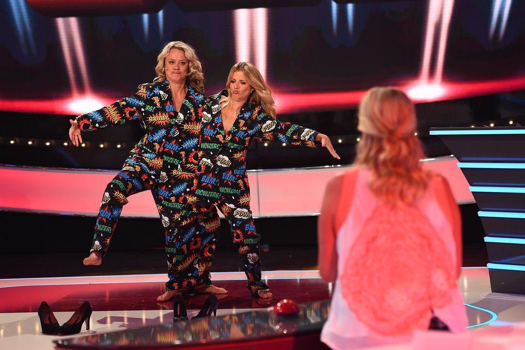 Das doppelete Rate-Lottchen: Die tanzenden Lisa Feller (l.) und Susan Sideropoulos (r.) hoffen, dass Mirja Boes den gesuchten Begriff errät. Oder lä... - Bildquelle: Willi Weber SAT.1