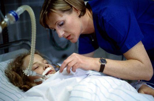 Schwester Hilde (Heike Jonca, r.) kümmert sich um die schwer verletzte Beate...