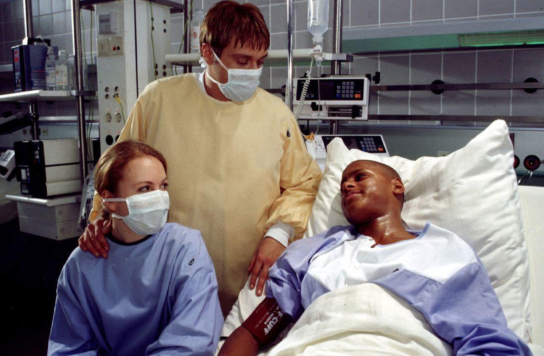 Der holländische Junge Willem (Eugene Corr, r.) wird seine Meningitis-Infektion überleben. Dr. Christian Ritter (Andreas Maria Schwaiger, M.) ist zu... - Bildquelle: Kurby Sat.1