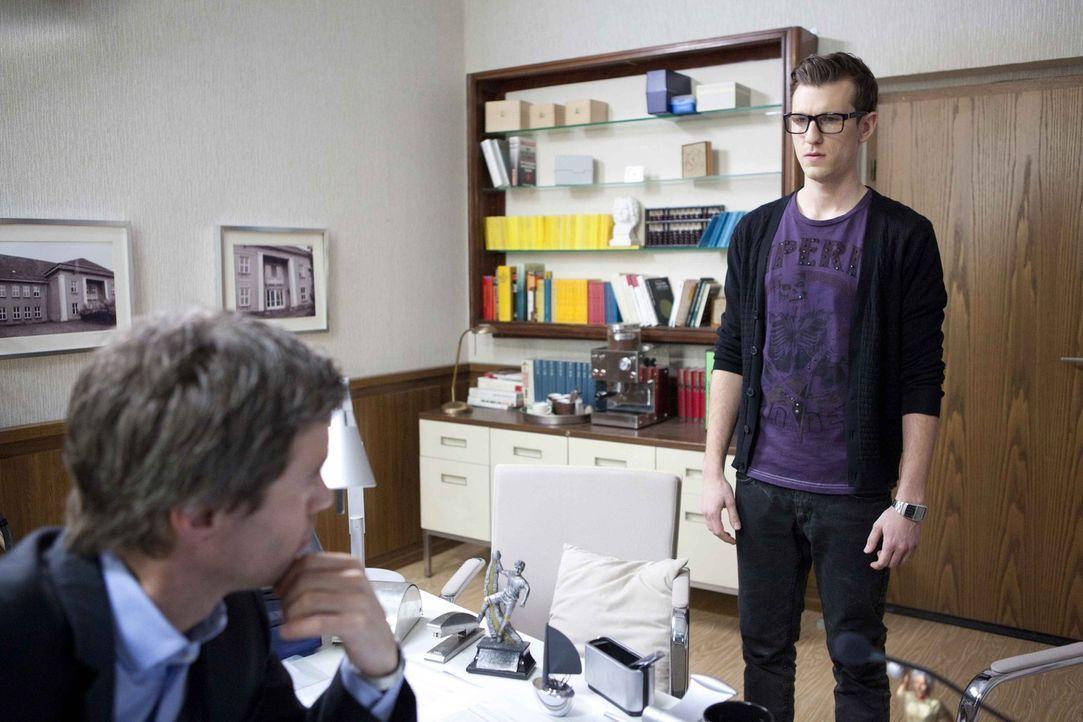 Hotte (Dennis Schigiol, r.) meldet sich bei Julian (Sebastian Hölz, l.) von der Schule ab ... - Bildquelle: SAT.1