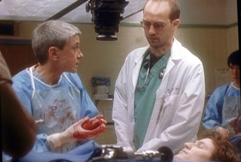 Die Pathologin (l.) bestätigt Greene (Anthony Edwards, r.), dass beim verstorbenen Patienten kein Herzfehler vorlag. - Bildquelle: WARNER BROS