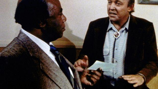 Dr. Hudsbeth (Roscoe Lee Browne, l.) erhält von seinen Freunden ein großzügig...
