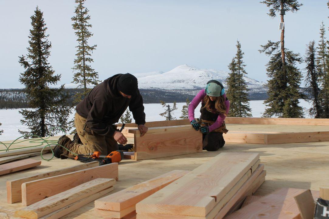Für ihren Traum vom eigenen Haus im tiefsten Alaska packt Ana (r.) gerne auch mit an, schließlich ist sie selbst leidenschaftliche Möbeldesignerin. - Bildquelle: 2015, DIY Network/Scripps Networks, LLC. All Rights Reserved.