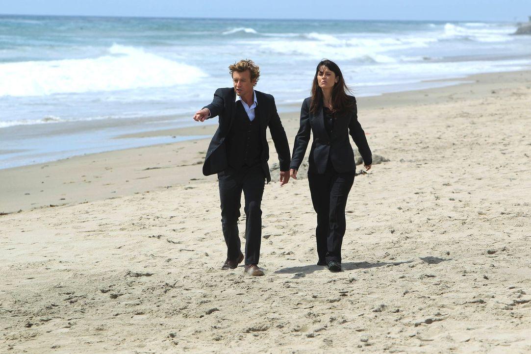 Der angehende Surfprofi Jay Banner wird ermordet am Strand aufgefunden. Patrick (Simon Baker, l.) und Teresa (Robin Tunney, r.) beginnen mit den Erm... - Bildquelle: Warner Bros. Television