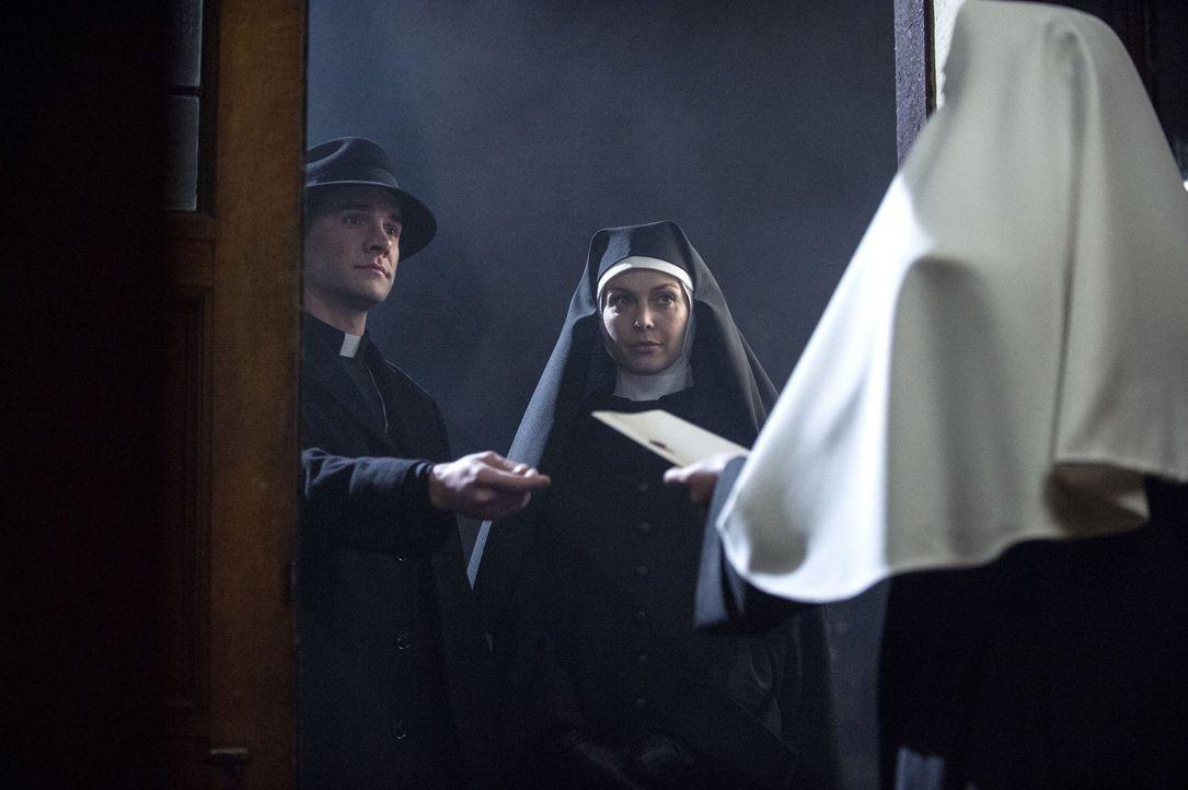 Als Josie Sands (Alaina Huffman, r.) und Henry Winchester (Gil McKinney, l.) in einem Kloster seltsame Vorkommnisse untersuchen, ahnen sie nicht, we... - Bildquelle: 2013 Warner Brothers