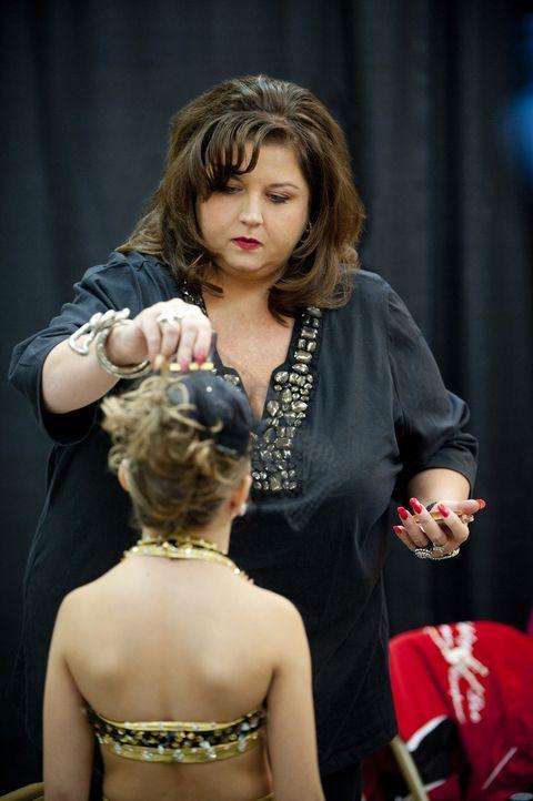 Abby ist geschockt, als sie bei einem Wettbewerb mitbekommt, dass eine ihrer Mädchen abtrünnig geworden ist ... - Bildquelle: Scott Gries 2011 A+E Networks