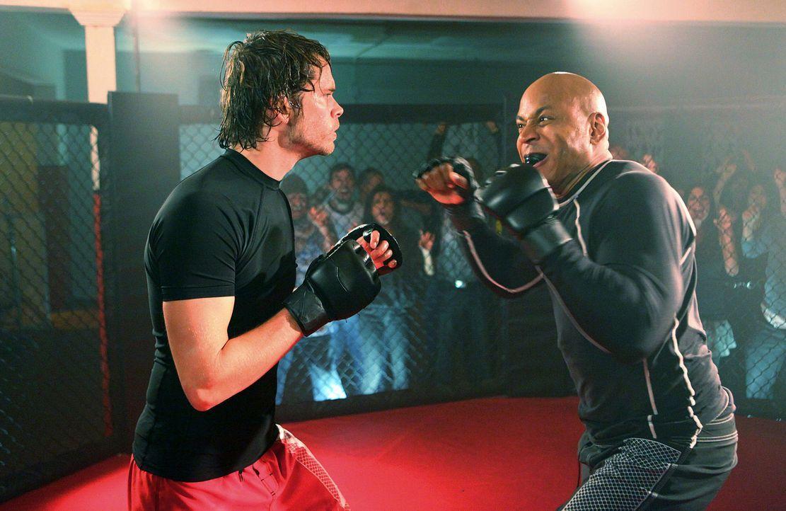 Um einen neuen Mordfall zu lösen, schleust sich Sam (LL Cool J, r.) in ein Kampfsportcenter ein und nimmt den Kampf gegen Marty Deeks (Eric Christia... - Bildquelle: CBS Studios Inc. All Rights Reserved.