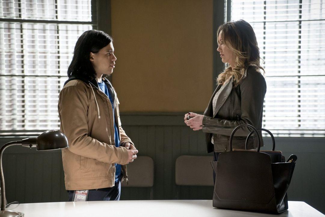 Als Laurel (Katie Cassidy, r.) Cisco (Carlos Valdes, l.) um einen Gefallen bittet, kann er einfach nicht Nein sagen ... - Bildquelle: Warner Brothers.