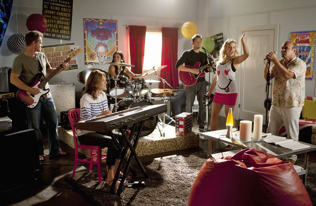 Haben viel Spaß zusammen: Bobby (Brian Van Holt, l.), Ellie (Christa Miller, 2.v.l.), Jules (Courteney Cox, 3.v.l.), Grayson (Josh Hopkins, 3.v.r.)... - Bildquelle: 2010 ABC INC.