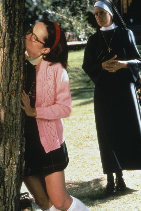 Weil der nicht davonlaufen kann, trainiert Mary (Molly Shannon, l.) ihre heißen Zungenküsse an einem Baum ... - Bildquelle: Paramount Pictures
