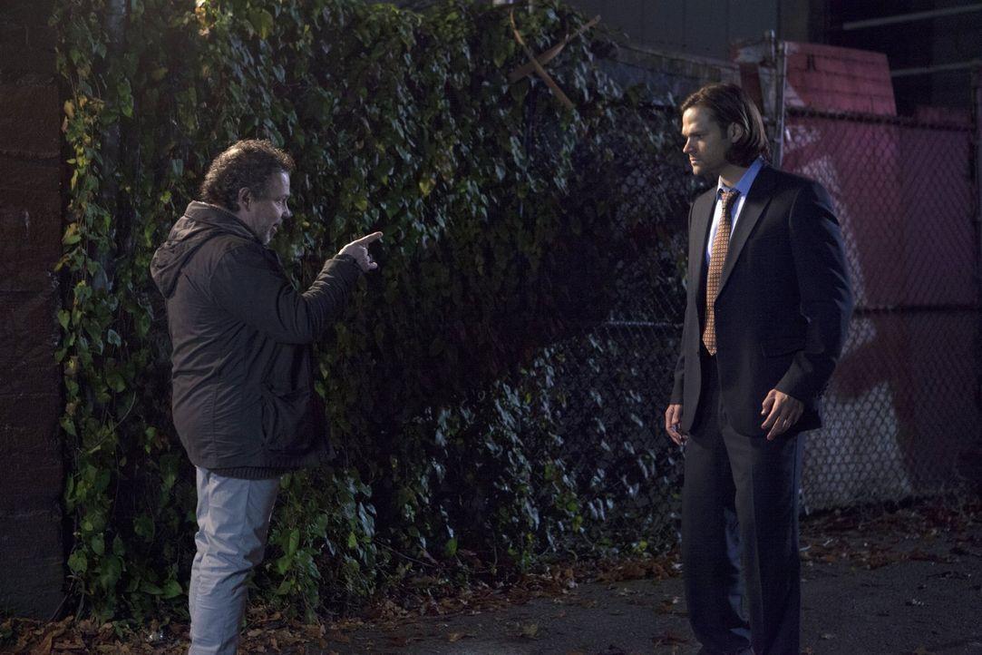 Bekommt Sam (Jared Padalecki, r.) mit, dass Metatron (Curtis Armstrong, l.) das wahre Gesicht des Engels erkannt hat? - Bildquelle: 2013 Warner Brothers