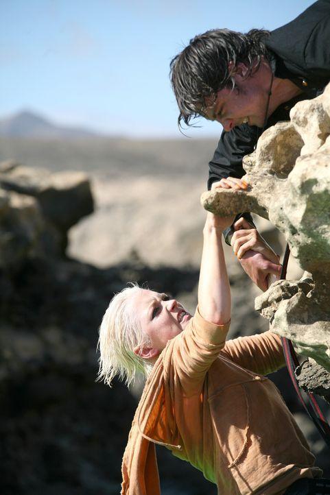 Wird Connor (Andrew Lee Potts, r.) Abby (Hannah Spearritt, l.) retten können? - Bildquelle: ITV Plc