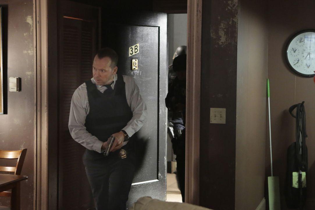 Mit vollem Körpereinsatz stürmt Danny (Donnie Wahlberg) die Wohnung eines Terrorverdächtigen. Doch er kann nur zwei der drei angekündigten Bomben si... - Bildquelle: Giovanni Rufino 2015 CBS Broadcasting Inc. All Rights Reserved.