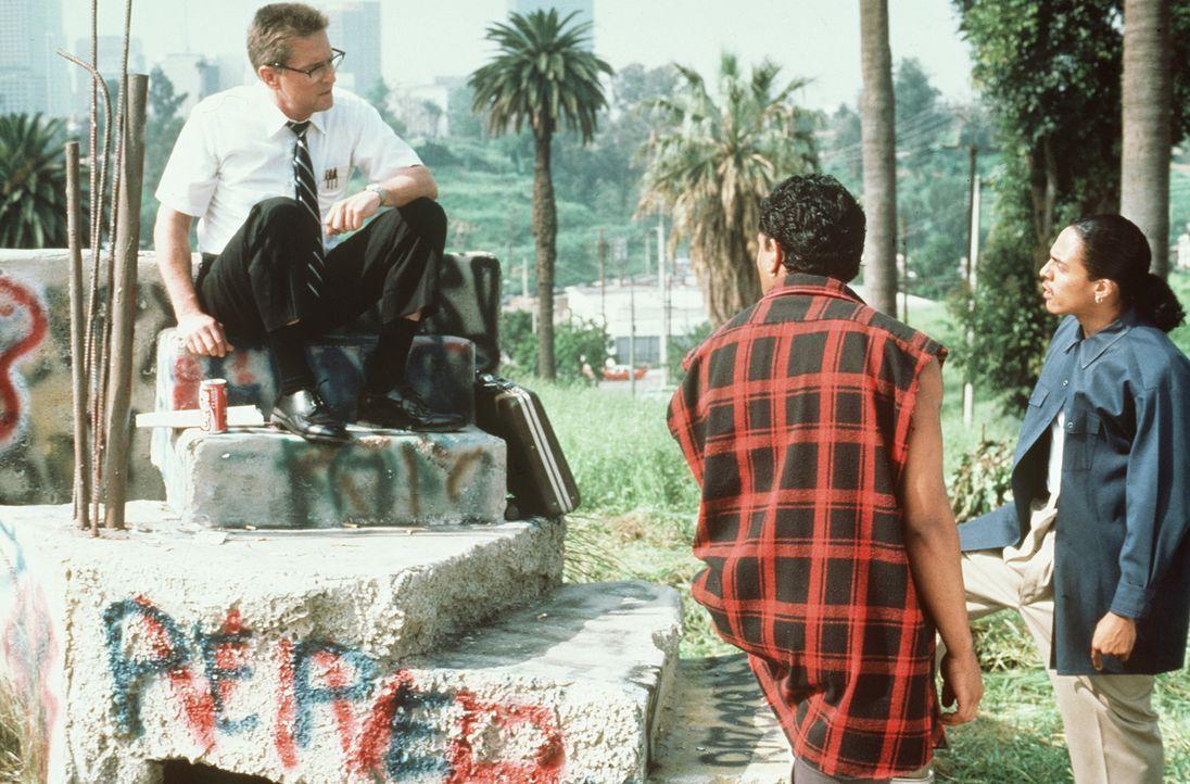 """In """"D-Fens"""" (Michael Douglas, l.) glauben die beiden Gangmitglieder, ein leichtes Opfer gefunden zu haben. Doch das stellt sich schnell als entschei... - Bildquelle: Warner Bros. GmbH"""