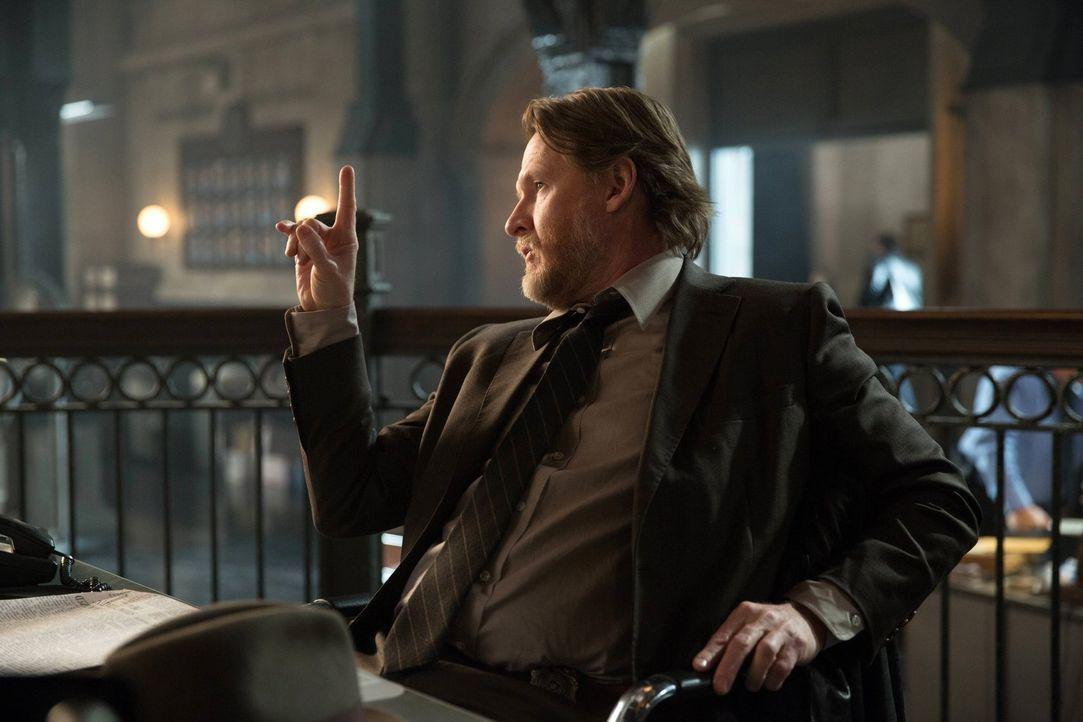 Zusammen mit Gordon ermittelt Bullock (Donal Logue) in einem alten Fall, bei dem es ein Serienkiller auf junge Frauen in Gotham City abgesehen hat ... - Bildquelle: Warner Bros. Entertainment, Inc.
