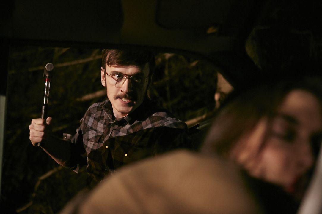Brutaler Killer: Michael Boucher (Andrew Ferguson, l.) tötet kaltblütig die 18-jährige Debra Dill (Kelsea Meredith, r.) auf einer verlassenen Waldst... - Bildquelle: Ian Watson Cineflix 2015