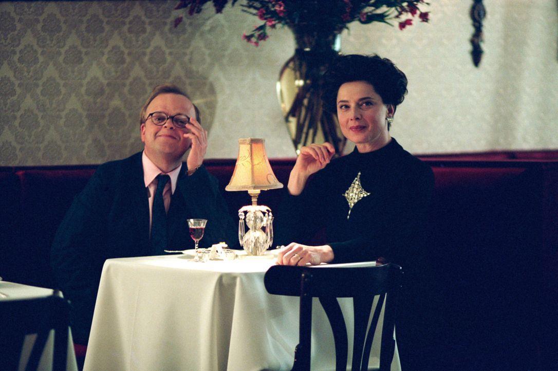 Capote (Toby Jones,l.) reist wegen eines Mordfalles in das verschlafene Nest Holcomb. Dort gewinnt er nach anfänglichen Berührungsängsten das Vertra... - Bildquelle: Warner Brothers International Television Distribution Inc.