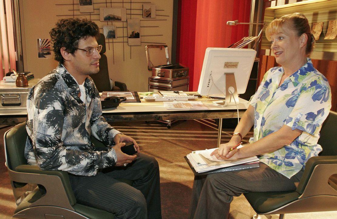 Rokko (Manuel Cortez, l.) ist froh, Helga (Ulrike Mai, r.) auf seiner Seite zu haben. - Bildquelle: Noreen Flynn Sat.1