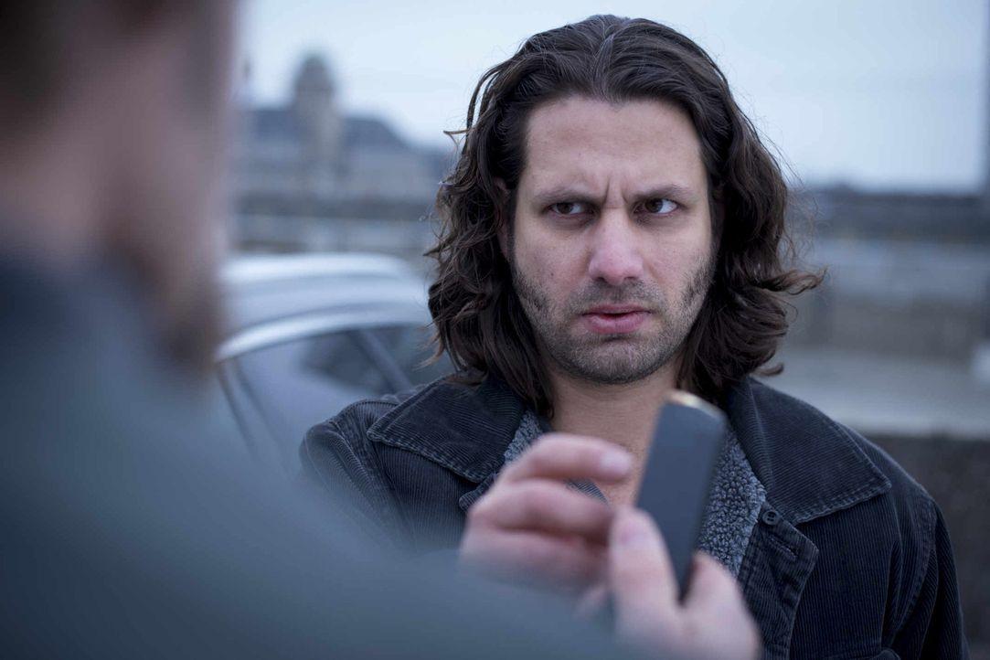 Was weiß Lutz Görnemann (Adam Bousdoukos) und vor wem hat er so große Angst? Kann Mick sein Geheimnis knacken? - Bildquelle: Martin Rottenkolber SAT.1