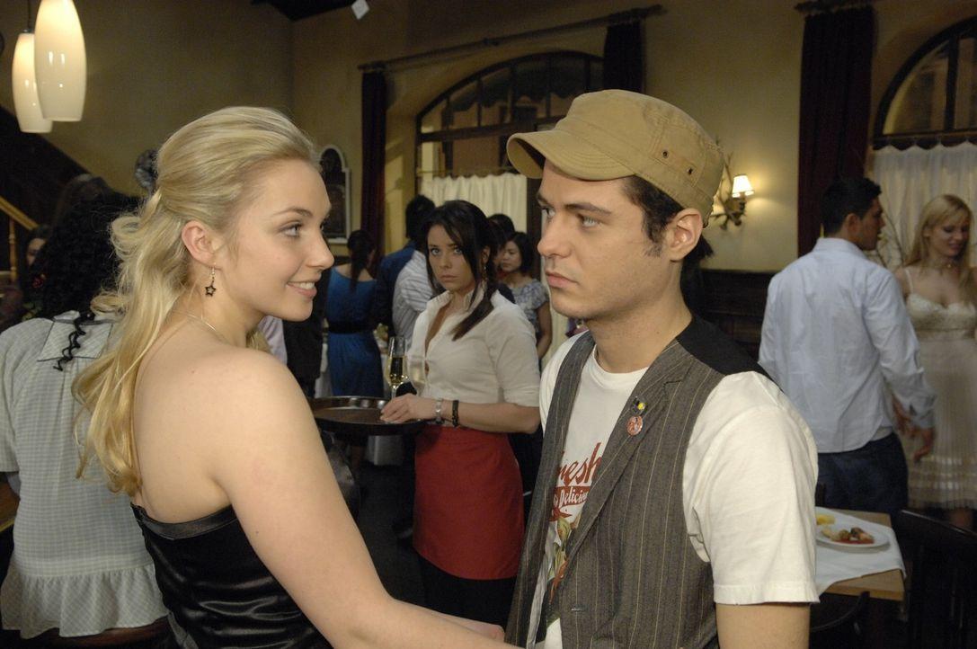 Lily (Jil Funke, l.) flirtet mit Maik (Sebastian König, r.), um Paloma (Maja Maneiro, M.) eifersüchtig zu machen ... - Bildquelle: Claudius Pflug Sat.1