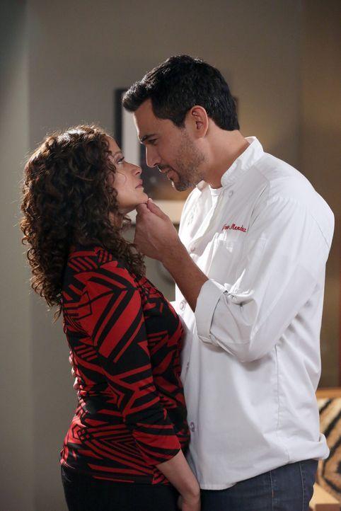 Zoila (Judy Reyes, r.) trifft eine Entscheidung, die Javier (Ivan Hernandez, l.) erst wütend und dann doch glücklich macht ... - Bildquelle: 2014 ABC Studios