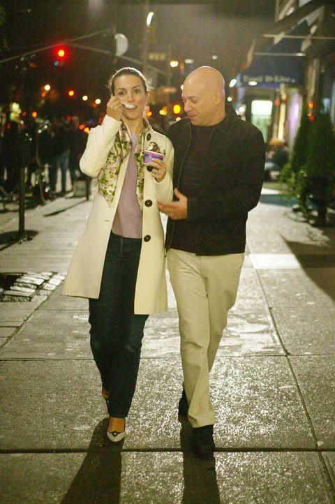 Der romantische Abend von Charlotte (Kristin Davis, l.) und Harry (Evan Handler, r.) endet in einem Desaster ... - Bildquelle: Paramount Pictures