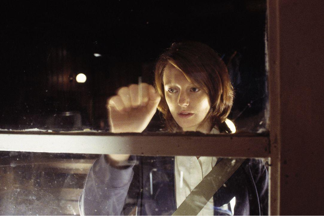 Johanna (Lavinia Wilson) sucht Rat bei dem neuen Segel- und Tauchlehrer Thomas. - Bildquelle: Jiri Hanzl Sat.1