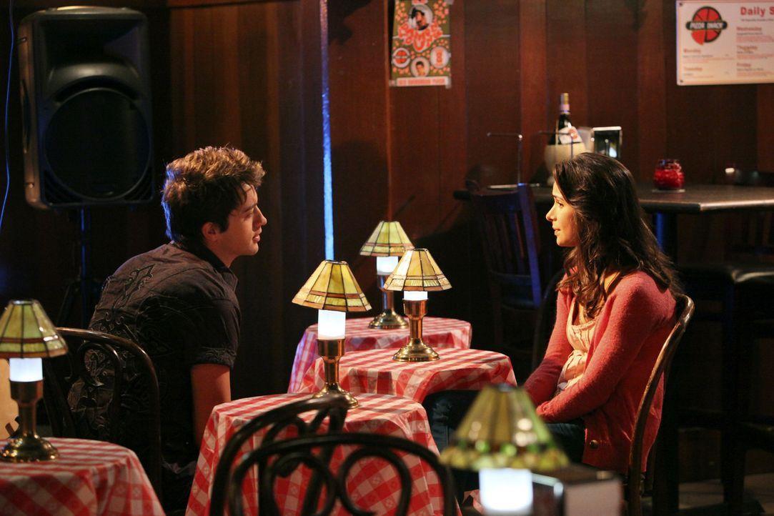 Um Kaylie (Josie Loren, r.) zu helfen, schlägt Damon (Johnny Pacar, l.) ihr vor, ihre Gedanken und Gefühle vielleicht auf Papier festzuhalten ... - Bildquelle: 2010 Disney Enterprises, Inc. All rights reserved.