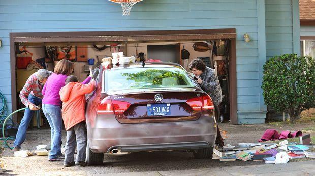 Frankie (Patricia Heaton, 2.v.l.) erklärt sich bereit, auf das neue Auto ihre...