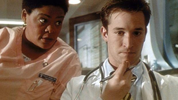 Haleh (Yvette Freeman, l.) stachelt Carter (Noah Wyle, r.) dazu an, Benton mi...