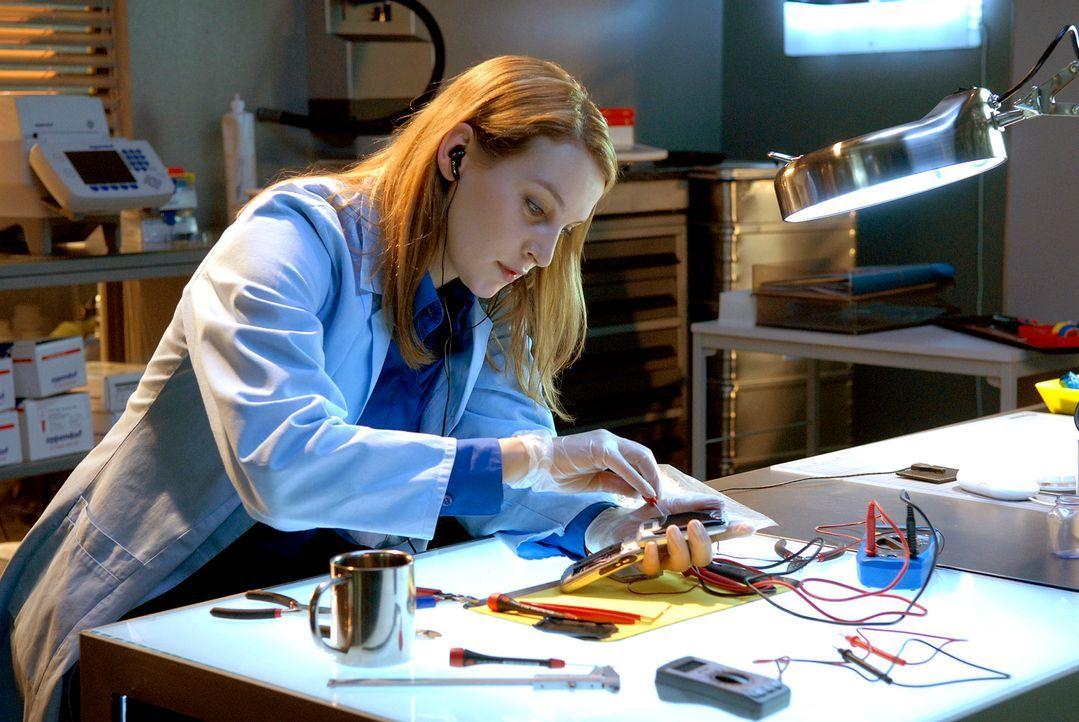 Vergeblich versucht Philip Marie (Jana Klinge) zu erreichen, die gerade ein präpariertes Handy untersucht ... - Bildquelle: Christoph Assmann Sat.1