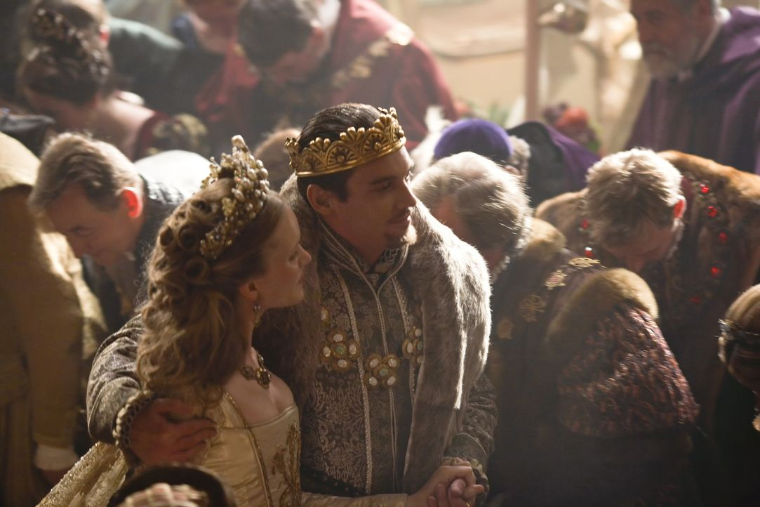 König Henry VIII. (Jonathan Rhys Meyers, r.) stellt am Hof die blutjunge Königin Catherine Howard (Tamzin Merchant, l.), vor. Mit ihrer Schönheit... - Bildquelle: 2010 TM Productions Limited/PA Tudors Inc. An Ireland-Canada Co-Production. All Rights Reserved.