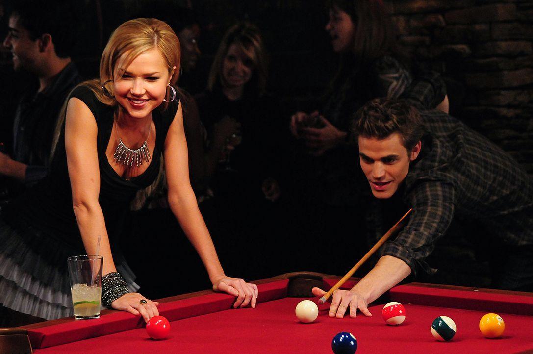 Stefan (Paul Wesley, r.) bekommt Besuch von seiner ältesten Freundin Lexi (Arielle Kebbel, l.), die auch ein Vampir ist. - Bildquelle: Warner Brothers