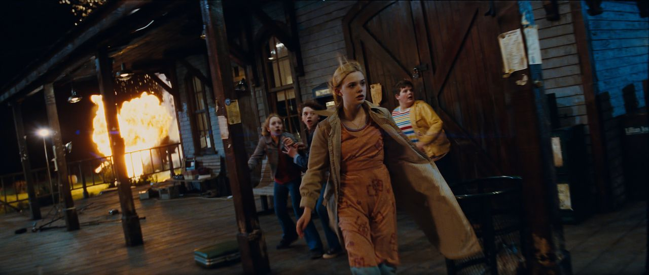 Eine US-Kleinstadt im Jahr 1979. (v.l.n.r.) Eigentlich wollten Cary (Ryan Lee), Joe (Joel Courtney), Alice (Elle Fanning) und Charles (Riley Griffit... - Bildquelle: PARAMOUNT PICTURES. All Rights Reserved